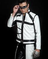 Черный белый сращивания Мода мотоциклы короткие из искусственной кожи Куртка из искусственной кожи для мужчин певица 1 мужские кожаные кур