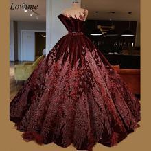 Luxo Escuro Borgonha Celebrity Dresses 2019 Sheer Neck Velvet Árabe vestidos de Noite Tapete Vermelho Prom Vestidos de Festa Com Sash Penas