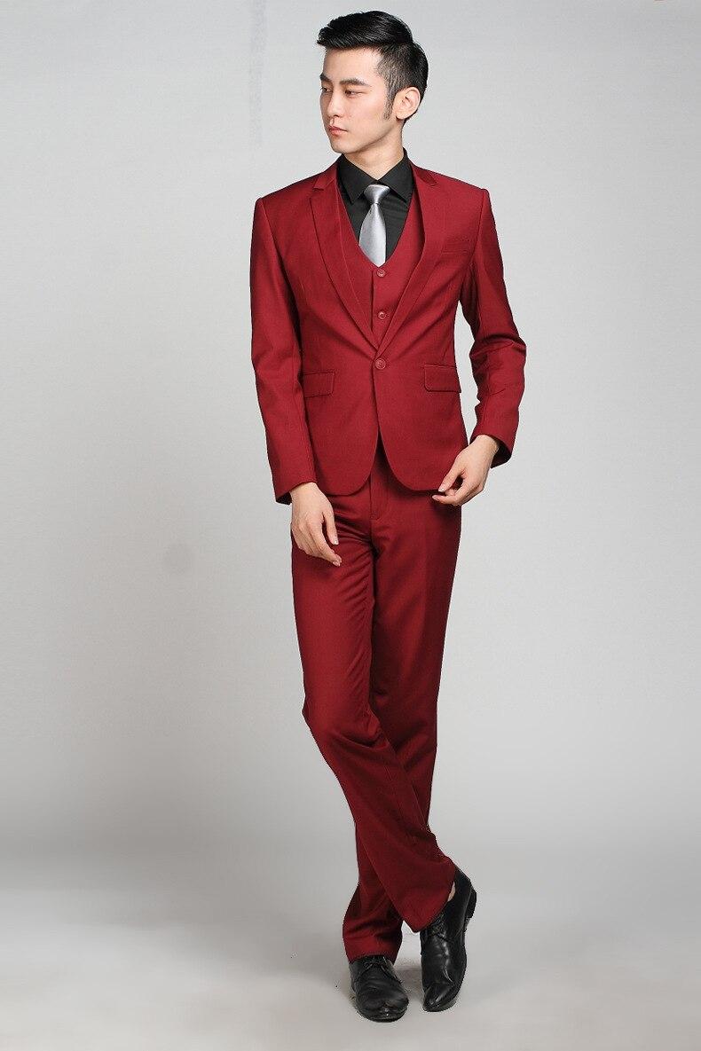 A continuación tenemos un traje oscuro: la chaqueta tiene dos botones, lo que le da mucha soltura y ligereza al conjunto. El contraste lo da la camisa blanca y la corbata negra; para darle un toque sofisticado, esta no debe tener estampados, sino ser lisa y brillante.