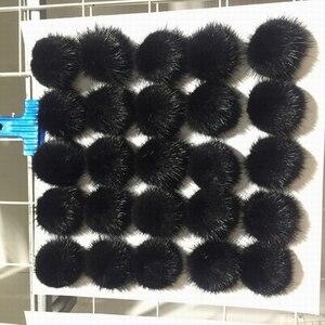 Image 4 - 25ピース/ロット5センチナチュラルリアルミンクの毛皮ハンギングデコレーションボールポンポンpomsふわふわ毛皮ポンポンdiy女性子供冬帽子skulliesビーニーニットキャップr21