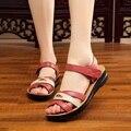 2017 verão sandálias de couro macio mãe de meia idade plano com sandálias de dedo macio não-deslizamento confortável tamanho grande das mulheres sapatos 41