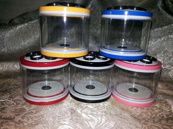 Միջատների կերակրման ծղրիդով սողունների վանդակի փոքր հասարակ տուփի շիշը բացօթյա երեխաներ