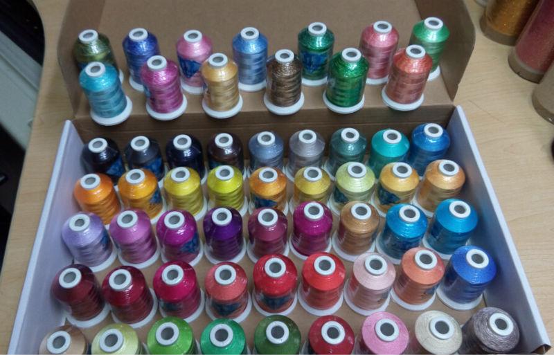 Hot Selling Simthread 1000 m/cone polyester thuis machine borduurgaren met 112 stks + 5 gloed draad + 50 EEN spoel + Gratis verzending!!