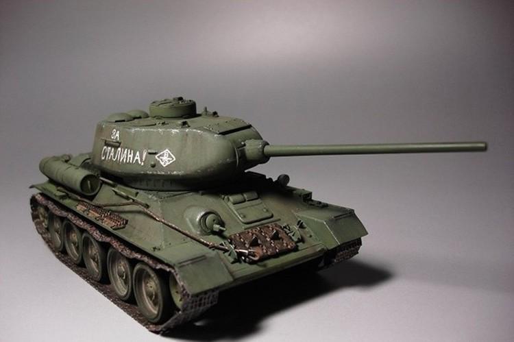 EASTERN EXPRESS 35146 SOVIET MEDIUM TANK T-34-85 SCALE  MODEL KIT 1//35 NEW
