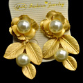 Retro Baroque Pearl Earrings Golden metal Fresh leaves Stud Earrings Pierce Jewelry Accessories