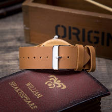 Zegarek drewniany z własnym tłem