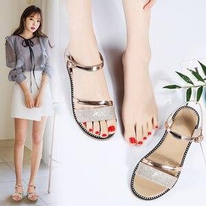 Image 5 - STQ Sandalias planas de goma para mujer, zapatos de tacón bajo para playa, estilo Gladiador, color negro y dorado, YY366, 2020