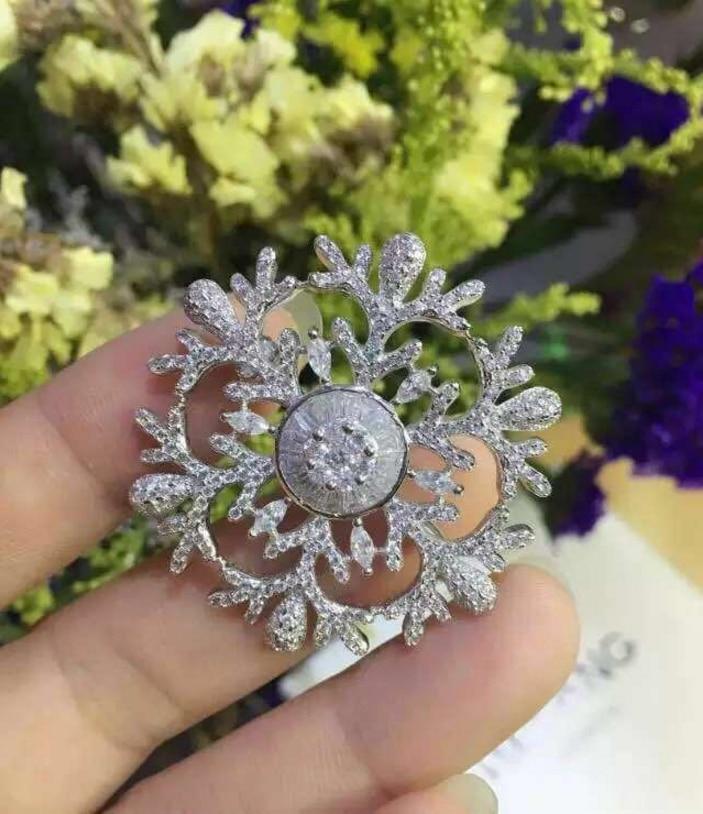 Hollow Crystal Zircon 925 Sterling Silver Snowflake Brooch Elegant Women HE Hollow Sun Star Snow Brooch Jewelry Wholesale Best недорго, оригинальная цена