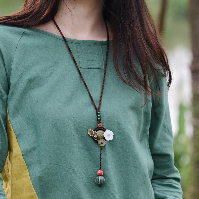 465a4a775e72 Bonito collar largo de piedra de pavo verde para mujer Concha Flor de cobre  colgante de cerámica cuerda Chians Vintage joyería 2018 en Collares  pendientes ...