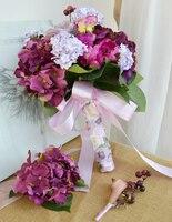 Departamento púrpura de la flor de la boda de la novia que sostiene las flores guelder rosa