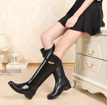 Привлекательный 2017 Мода Пряжка Езда Сапоги женские Высокие Колено Высокие Резиновые Сапоги Дождь Резиновая Вода Обувь Высокого качество