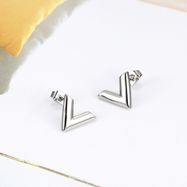 New Arrivals Exquisite Stereoscopic V Pattern Stud Earrings  For Women Man Top Quality Titanium Steel Earrings Piercing Jewelry 4