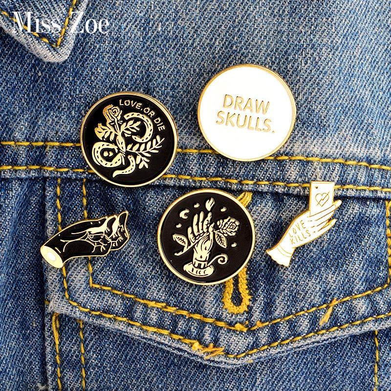 5pcs/set DRAW SKULLS LOVE OR DIE Burn Brite Punk Love Kills Dark Brooch Denim Jacket Pin Shirt Badge Fashion Gift for Friend