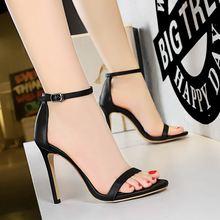 Женские босоножки на высоком каблуке 10 см; цвет черный белый