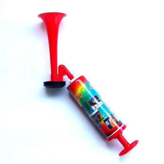 Пластик трубы Вувузелы низкий голос Футбол Вентиляторы Air развеселить Рог Динамик Футбол Чирлидинг Дудки для фанатов push насоса газа воздуха рога