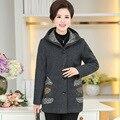 Среднего возраста и старых женщин обмундирования осени среднего возраста с капюшоном вышивка куртки пальто больших ярдов P1602