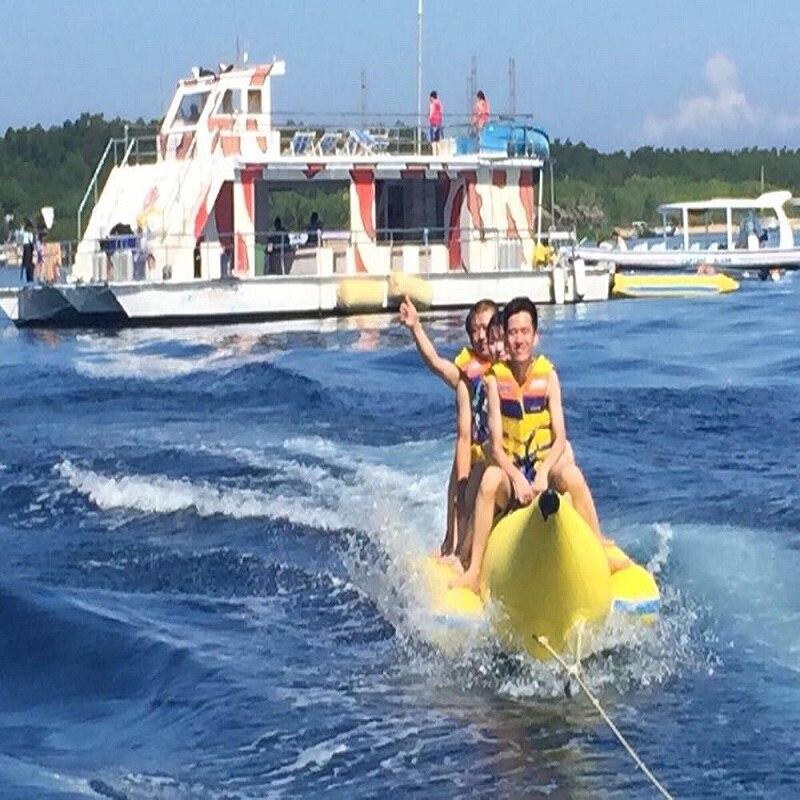 Банана на напухавање 3 особе које играју на плажи сурфују на води играчке за воду