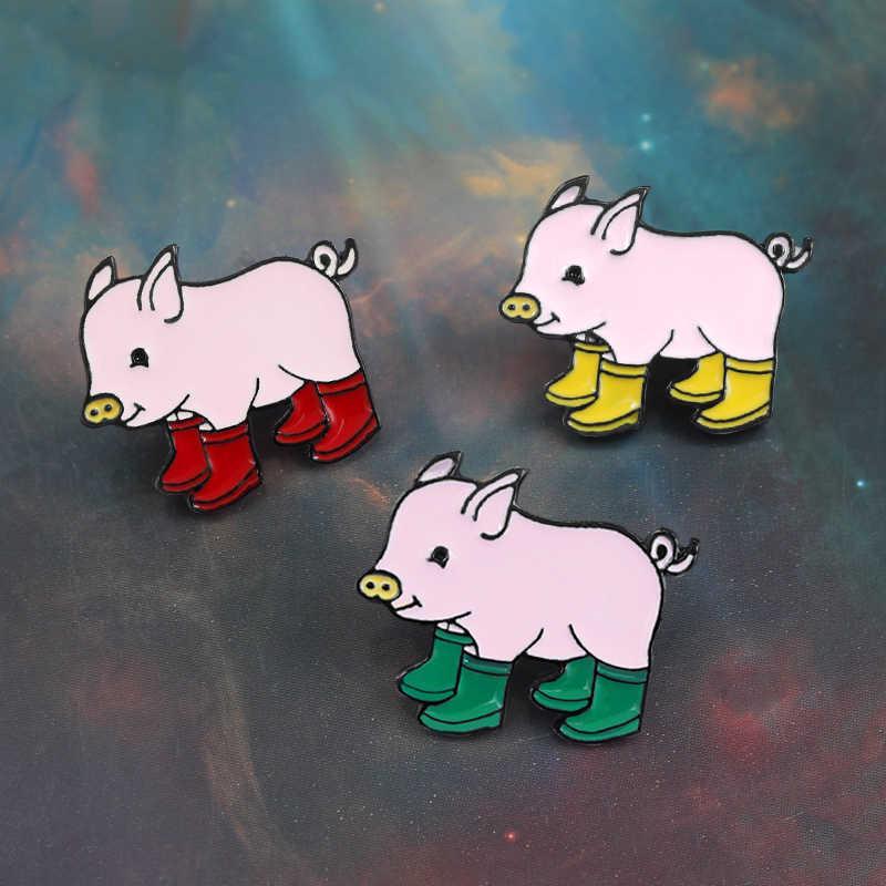Sevimli hayvan Piglet emaye broş kırmızı sarı yeşil üç renk domuzlar botları yaka Pin kumaş sırt çantası rozeti çocuklar takı hediyeler