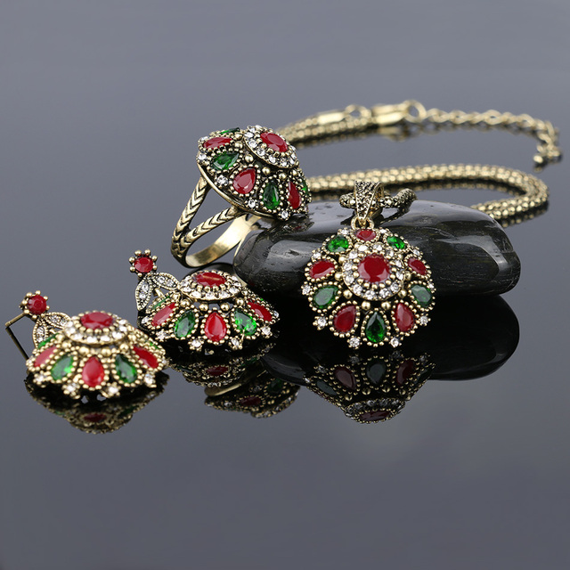 3 Pieces Vintage Jewelry Set with Crystals