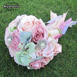 Image 4 - Kyunovia セット結婚式のブーケブートニエールと手首の花のコサージュのブローチブーケ花嫁介添人ブライダルブーケ結婚式デコ D81