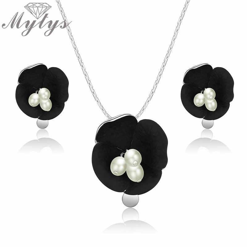 Mytys ผู้หญิงแฟชั่นอินเทรนด์ดอกไม้สีดำชุดเครื่องประดับไข่มุกสีขาวเกสรส่องแสงสร้อยคอจี้เงินต่างหู CN444