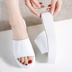 Image 3 - Jzzdown sandálias femininas de verão, chinelos femininos de couro com dedo aberto e sola grossa, para áreas externas, nas cores preta e branca