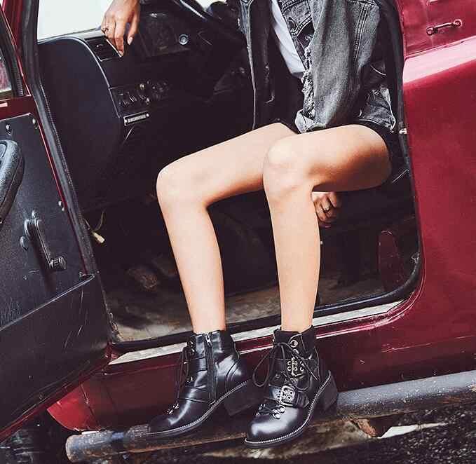 Черные короткие ботинки из плюша женские кожаные мотоциклетные ботинки на квадратном каблуке с пряжкой и ремешком 2018 г. шикарные ботинки martin на шнуровке