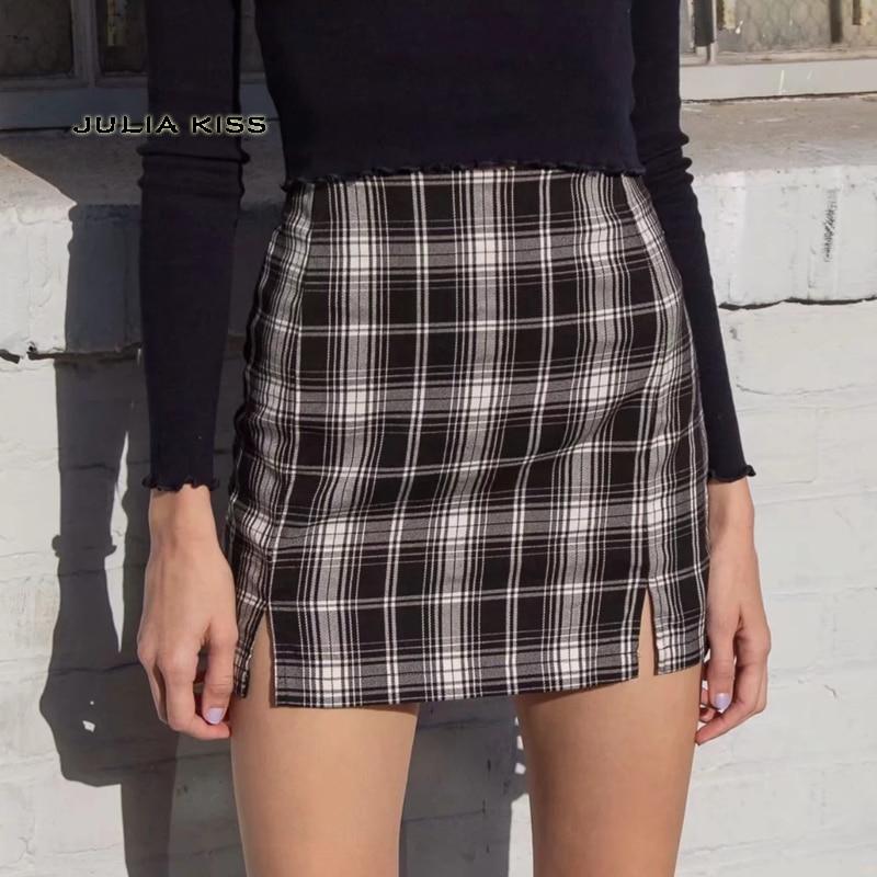 Женская мини-юбка в черно-белую клетку с двумя мелкими передними прорезями