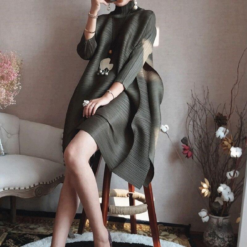 Changpleat 2018 Primavera Dolcevita Delle Donne Vestito Miyak Pieghettato Fashion Design Solido slacciano grande Femminile Ginocchio lunghezza del Vestito Marea-in Abiti da Abbigliamento da donna su  Gruppo 2