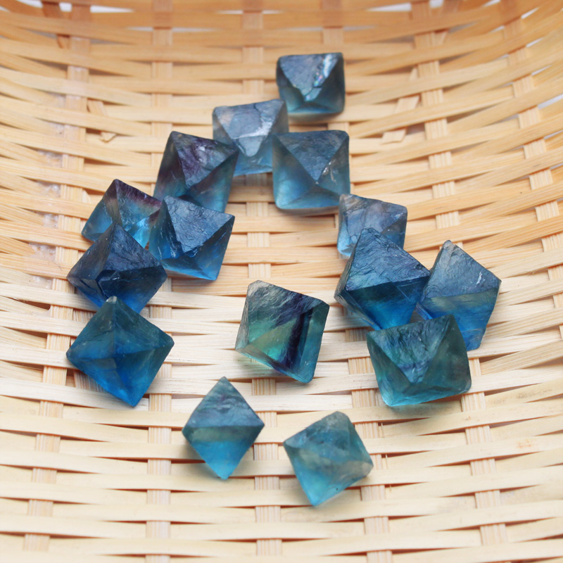 100g Natural octahedral blue fluorite is the original stone of small granule ore.