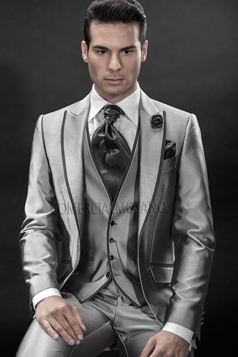 ออกแบบใหม่หนึ่งปุ่มสีเทาเงินเจ้าบ่าว Tuxedos Peak Lapel เจ้าบ่าว Mens งานแต่งงานพรหมชุด (เสื้อ + กางเกง + เสื้อกั๊ก + Tie)-ใน สูท จาก เสื้อผ้าผู้ชาย บน   2