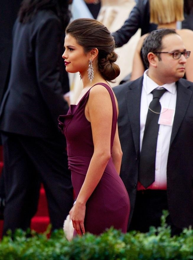 Selena-Gomez-Red-Carpet-Celebrity-Dresses-2015-Mermaid-Prom-Dress-V-Neck-Burgundy-Chiffon-Backless-Court (2)