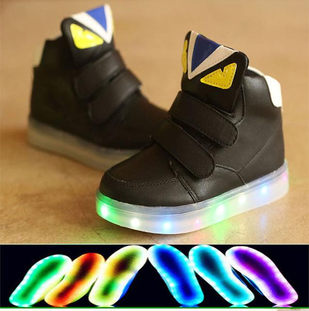 2017 ventas calientes llevó la iluminación, los muchachos de la manera shoes, niños zapatillas de deporte casuales de alta calidad diseño divertido de los niños europeos botas