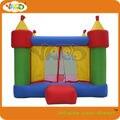 Los niños de la familia uso castillo inflable