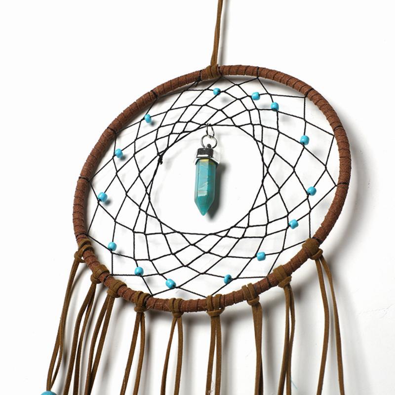 Capteur de rêves plumes, cordes de velours, perles de bois, turquoise, gros plan sur l'anneau