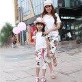 Estilo verão 2016 Família equipado mãe moda & vestido da menina definir loral-manga curta T-shirt + Shorts calças terno de Trilha Família equipados
