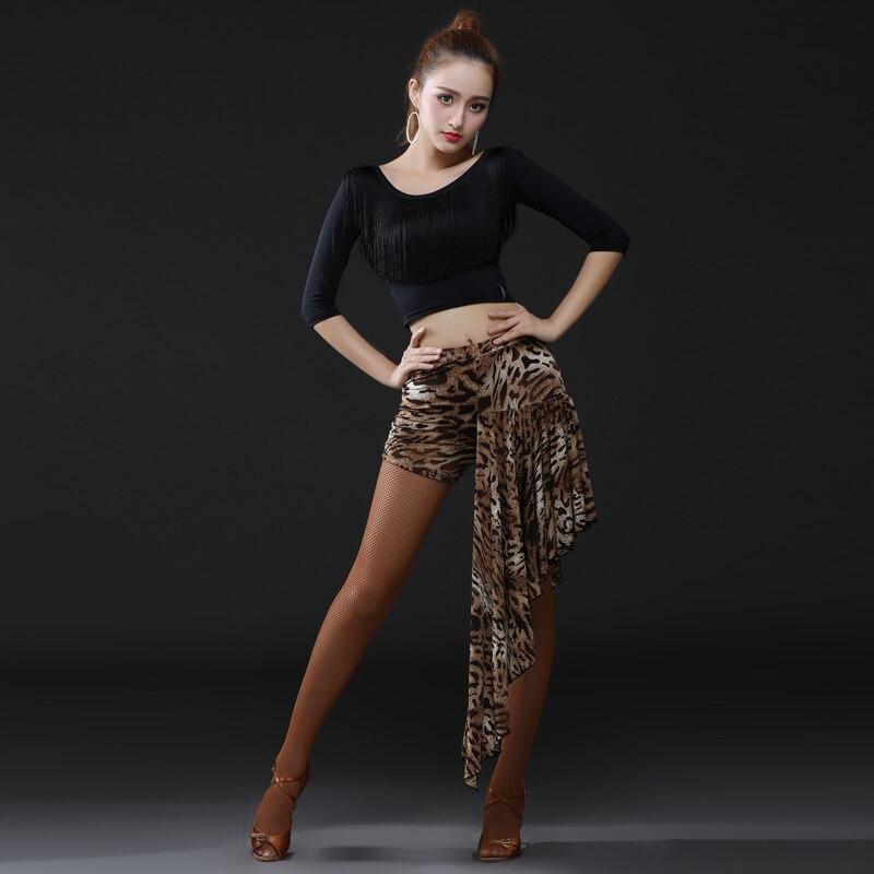Пьяная девушка танцует в короткой юбке фото 249-967