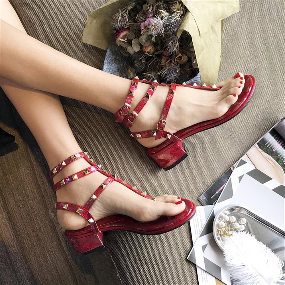2018 Summer Luxury New Woman Metal Hip-Pop sandals Rome Shoes Flip-Flops Toe Slippers Comfortable Flat Bottom Sandals смеситель для ванны oras saga 3940y