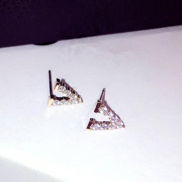 71ab9d8b20e5 Hermosos aretes de oro Color plata letra V para mujer chica moda Zirconia  cúbica pequeños pendientes