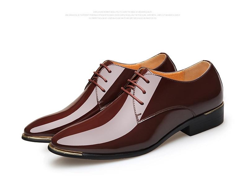 Sapatos de couro de patente dos homens