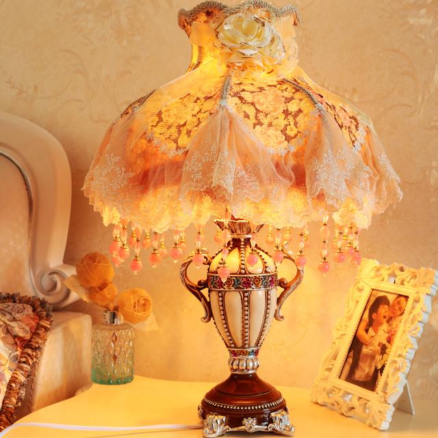 Europea vintage princess room dormitorio lámpara de mesa de tela de encaje pastoral caliente dimmable caliente pantalla