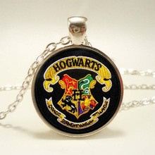 2017 new hot Vintage Accessories Hogwarts Necklace Hogwarts Crest Pendant necklace Geek Gift Glass Cabochon Necklace HZ1