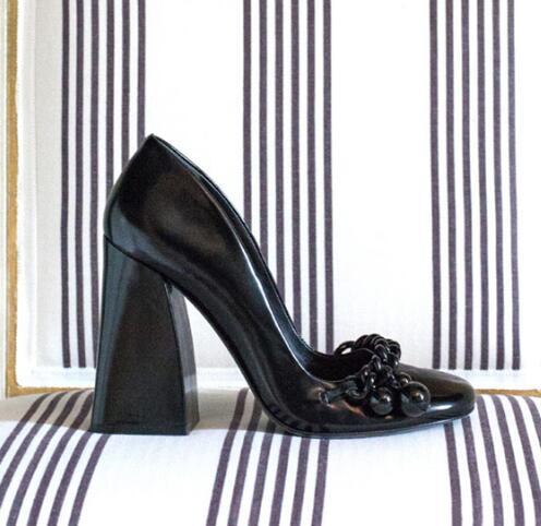 Carpaton/белые туфли на высоком каблуке для подиума; женские туфли лодочки на толстом каблуке с круглым носком; элегантные офисные женские модельные туфли; обувь с украшением в виде цепочки на ногу - 2