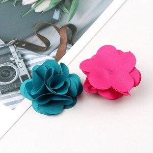 Image 1 - 100 Pcs לערבב צבעים מיני שיפון בד פרח עבור הזמנה לחתונה פרחים מלאכותיים עבור שמלת קישוט