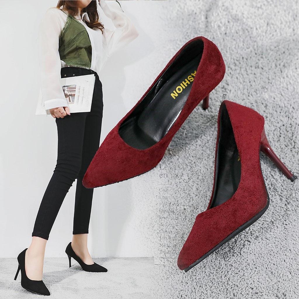 Vestido negro zapatos vino