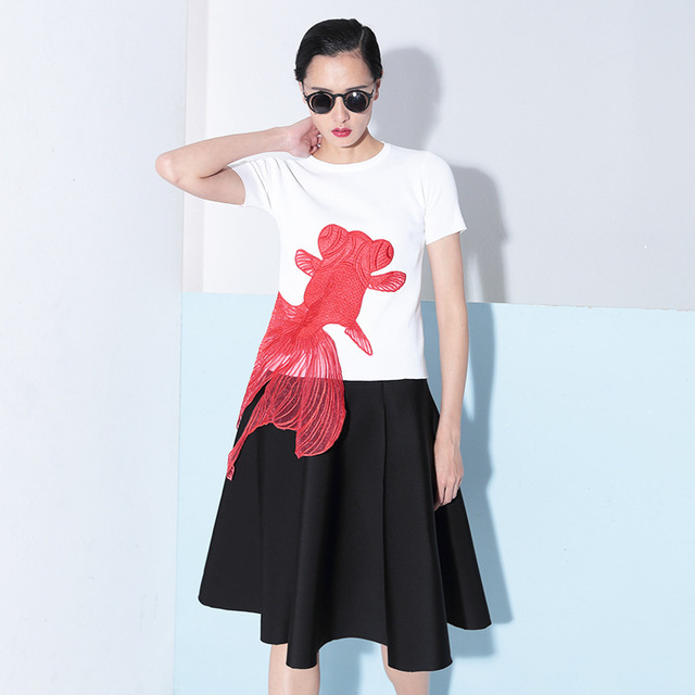 [TWOTWINSTYLE] 2017 summer embroidery red goldfish applique knitted short-sleeved t-shirt women new clothing korean tops