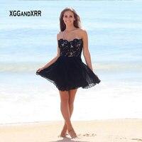 Элегантный черный Короткое Платье Для Школьного бала Мини платье для выпускного вечера, лиф сердечком с открытыми плечами кружевной апплик
