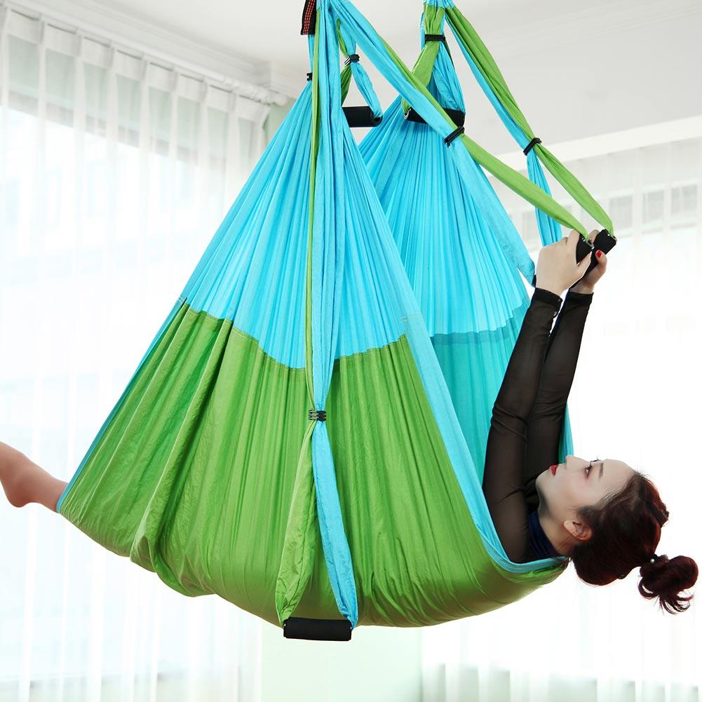 hamac de yoga vert et bleu ciel en situation