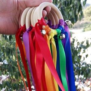 Новейшие 10 шт./лот радуга цвет пятнистая лента деревянное кольцо с серебряным колокольчиком для ручной кайт игрушка Лети меня день рождения...