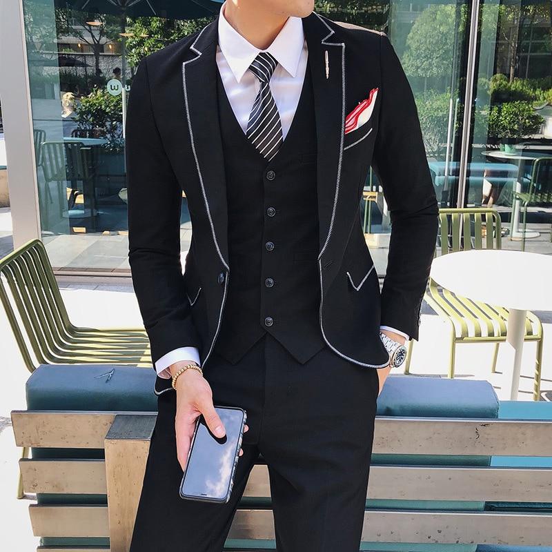 Hombre con un traje negro